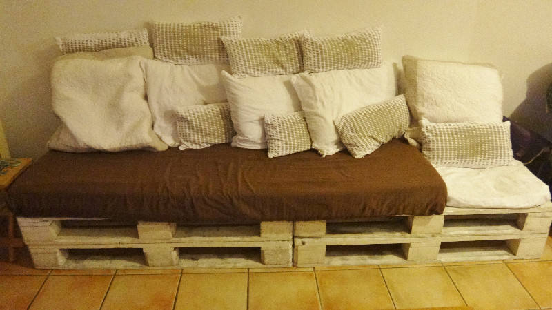 matelas une personne et coussins canape annonce meubles et d coration parc de la baie. Black Bedroom Furniture Sets. Home Design Ideas