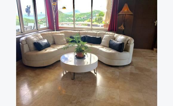canap rond en cuir blanc avec table basse annonce meubles et d coration colombier saint. Black Bedroom Furniture Sets. Home Design Ideas