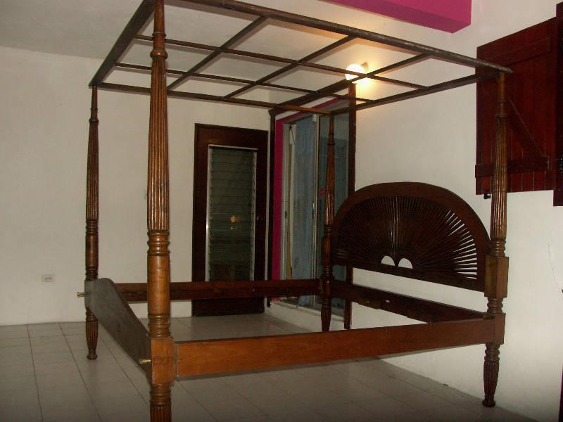 lit baldaquin en teck massif king size annonce meubles et d coration saint martin. Black Bedroom Furniture Sets. Home Design Ideas