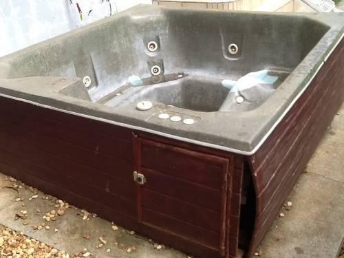 donne jacuzzi 4 places annonce mobilier et quipement. Black Bedroom Furniture Sets. Home Design Ideas
