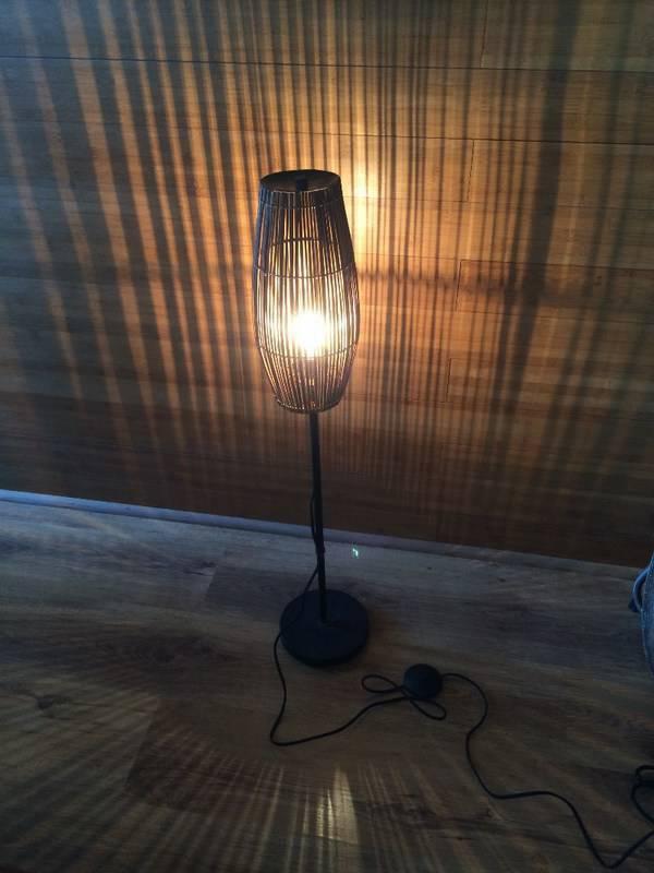 lampe sur pied originale avec commande au pied annonce meubles et d coration saint martin. Black Bedroom Furniture Sets. Home Design Ideas