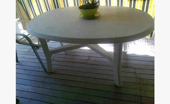 Table plastique ovale 4 chaises haut dossier annonce for Table exterieur ovale