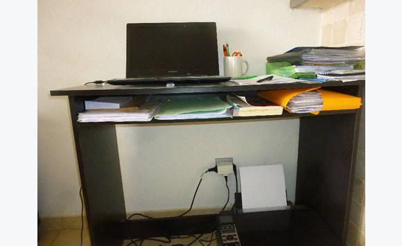 Bureau noir 1 m x 50 cms hauteur 70 annonce meubles et for Meuble bureau hauteur 70