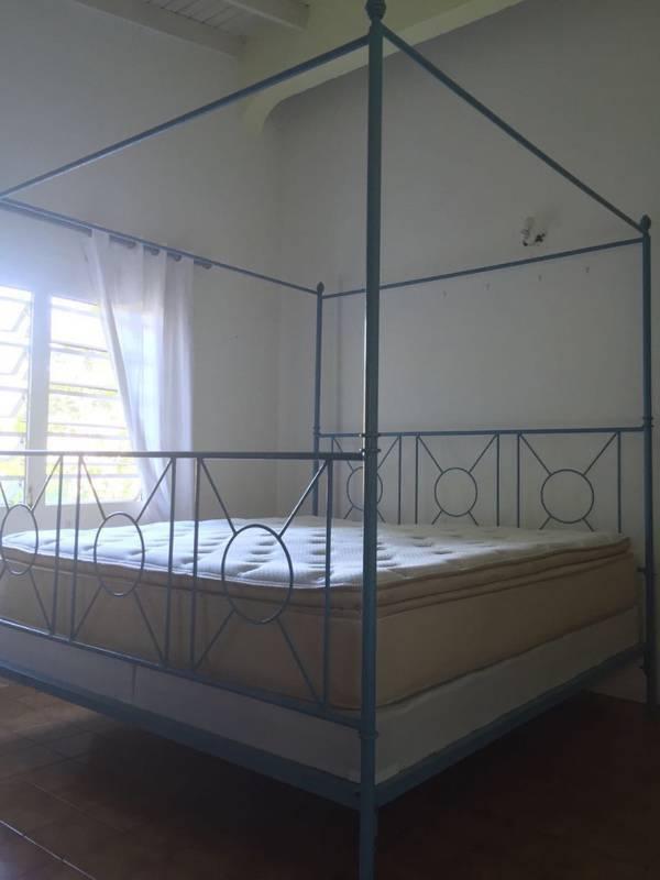 lit baldaquin king size et matelas excellent tat annonce meubles et d coration saint martin. Black Bedroom Furniture Sets. Home Design Ideas