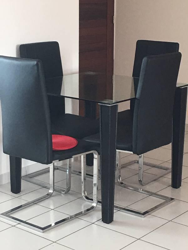Table carr e en verre avec 4 chaises annonce meubles for Table carree en verre avec 4 chaises encastrables