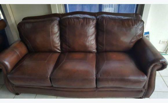 v ritable vieux canap s en cuir de charleston anglaise annonce meubles et d coration sint. Black Bedroom Furniture Sets. Home Design Ideas
