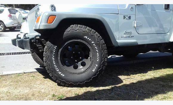 recherche jantes et pneus pour jeep wrangler annonce pi ces quipements et accessoires. Black Bedroom Furniture Sets. Home Design Ideas