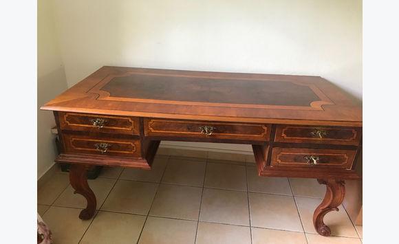 Bureau classique en bois marqueté